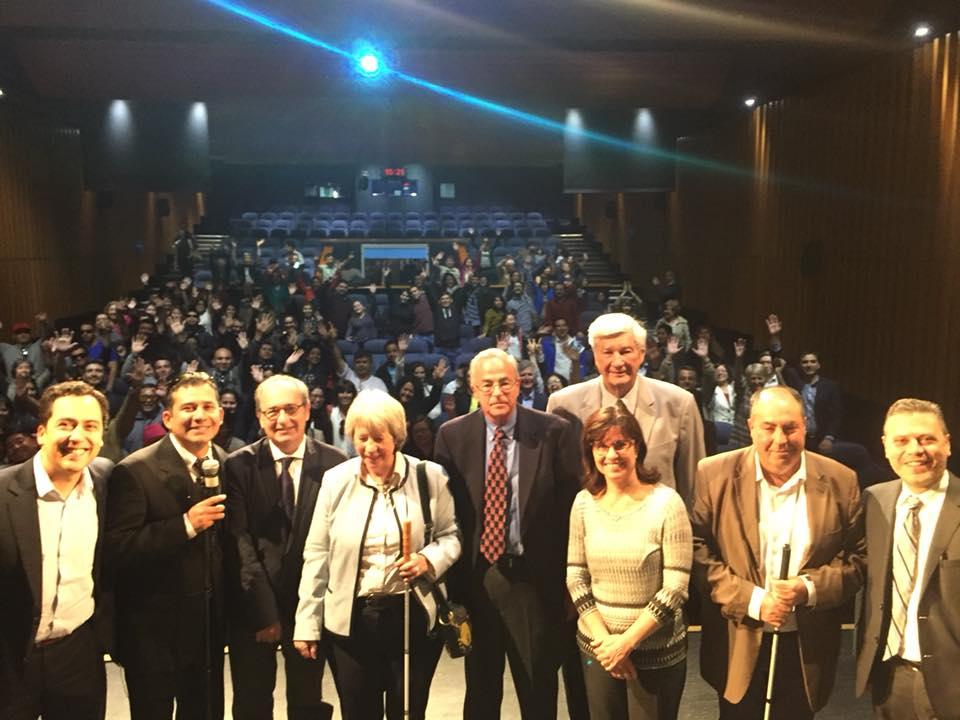 Foto tirada do auditório onde ocorreu o VI Seminário Internacional da Fundalurp em Santiago no Chile. Na imagem, em primeiro plano estão os palestrantes e, em segundo plano, a platéia.