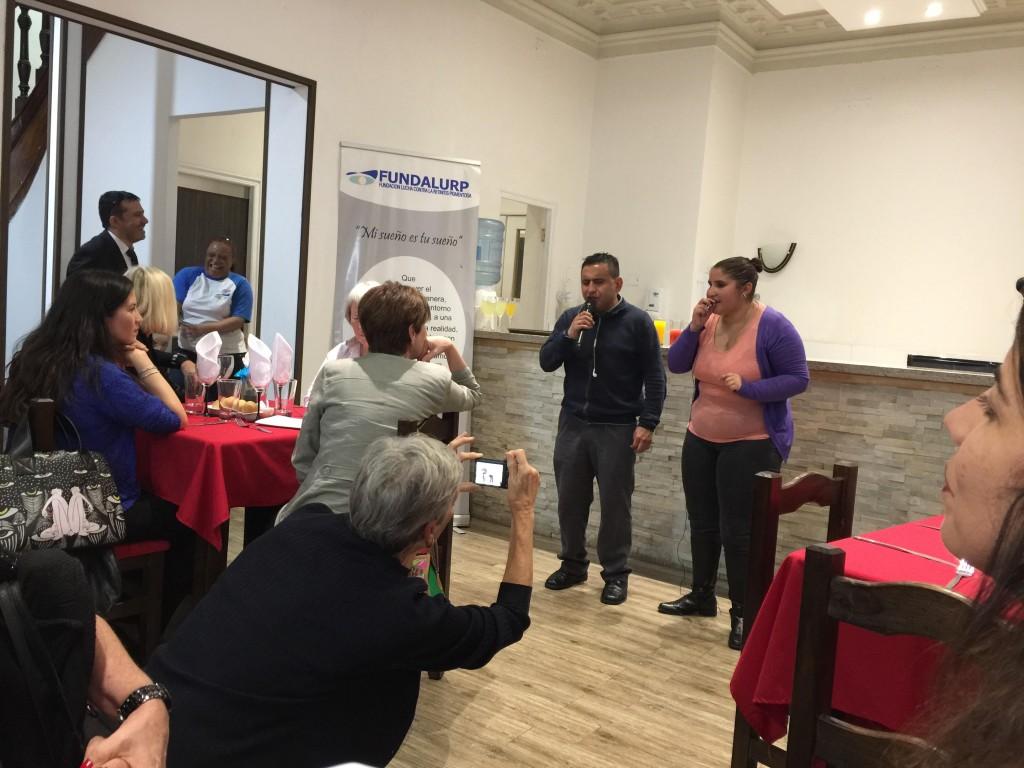 Cantores chilenos cegos sendo admirados pelos convidados do jantar às escuras